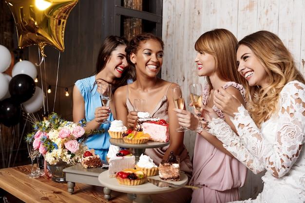 Cuatro hermosas chicas descansando en la fiesta.