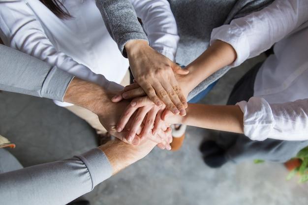 Cuatro miembros del equipo expresando unidad