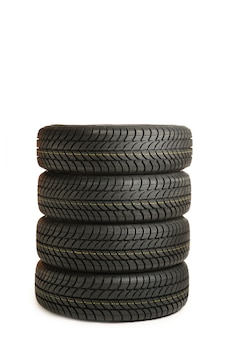 Cuatro neumáticos negros aislados