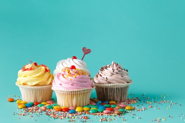 Cuatro pastelitos de colores