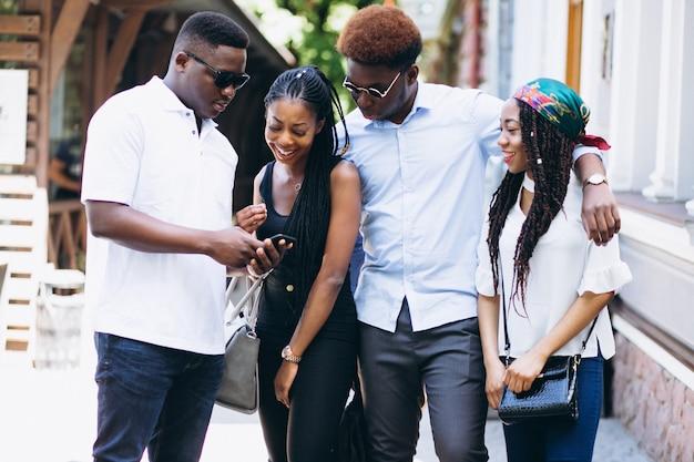 Cuatro personas afroamericanas haciendo una pausa bar