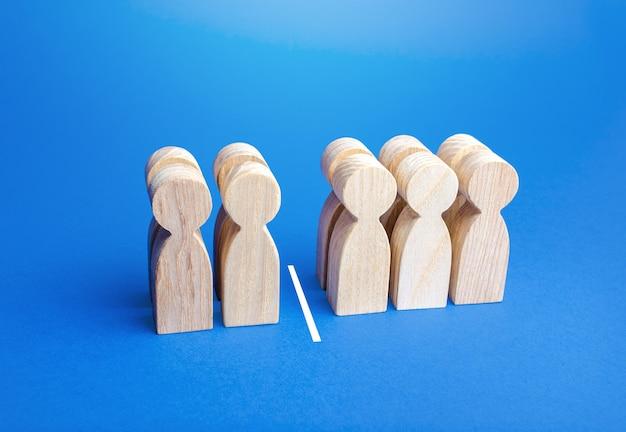 Cuatro personas de cada diez, separadas por una línea.