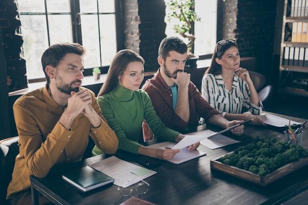 Cuatro personas, gerentes ejecutivos, personas sentadas, mesa de escritorio, entrevista de trabajo, espera, papel cv, escuchar a los solicitantes