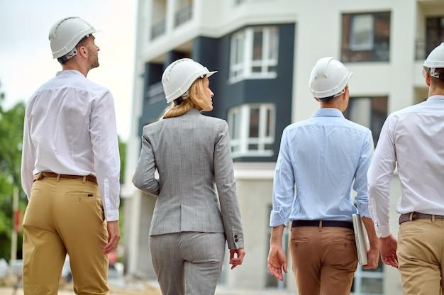 Cuatro personas realizando una inspección del sitio de construcción