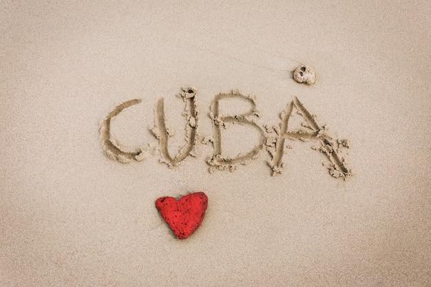 Cuba amor esculpido en la arena.