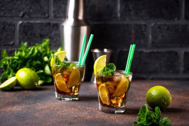 Cuba libre cocktail con menta y lima