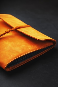 La cubierta de cuero del álbum está hecha de cuero marrón hecho a mano genuino elementos de un primer plano de producto de cuero.