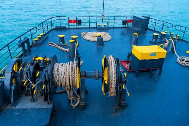 Cubierta de ferry. tambor con cuerda de amarre cerrar