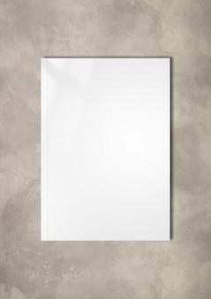 Cubierta de folleto blanco aislado sobre fondo de hormigón, plantilla de maqueta