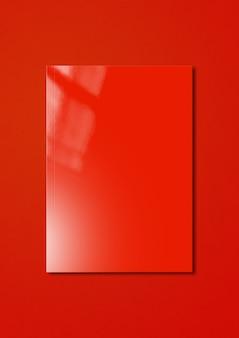 Cubierta de folleto rojo aislada sobre fondo de colores, plantilla de maqueta