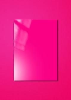 Cubierta de folleto rosa aislada sobre fondo magenta, plantilla de maqueta