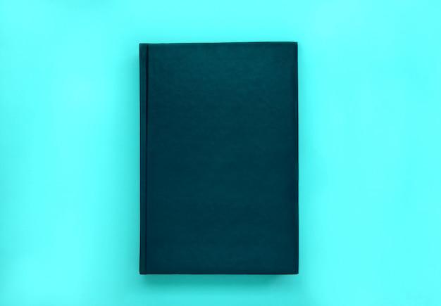 Cubierta de libro de cuero simulacro sobre fondo azul.