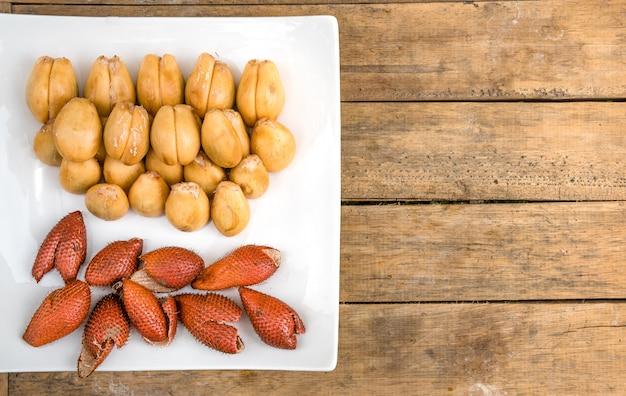 La cubierta del shell de la fruta del salak de la fruta de rayong, tailandia y la utiliza como fondo.