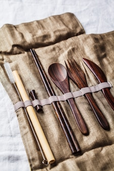 Cubiertos de bambú de madera amistosos de eco en una caja del tejido, concepto inútil cero.