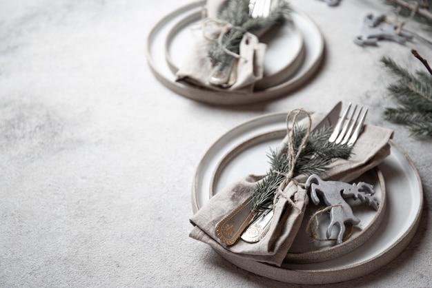 Cubiertos de mesa cristmas con decoración navideña