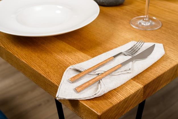Cubiertos en la mesa