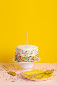 Cubiertos y pastel de cumpleaños de alto ángulo