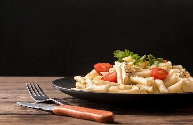Cubiertos y plato con pasta