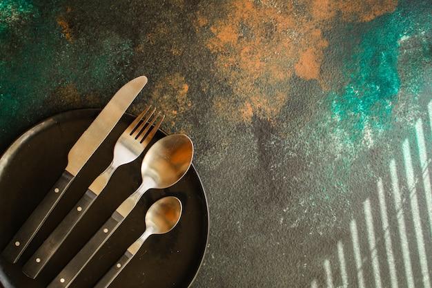 Cubiertos rústicos, utilizados para comer o servir (tenedor, cuchillo, cuchara, juego de platos). fondo de comida. copia espacio