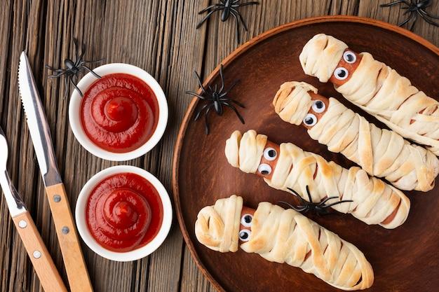 Cubiertos y salsa de tomate de comida de halloween de vista superior