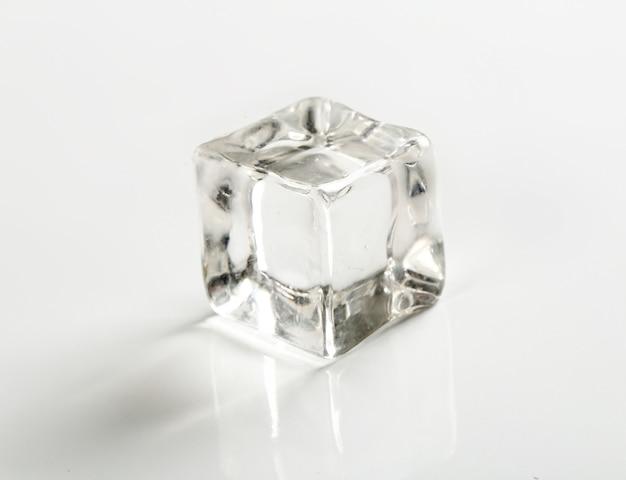 Cubito de hielo en mesa blanca