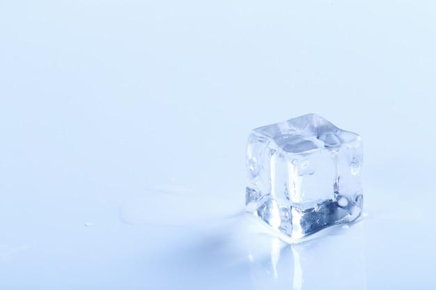Cubito de hielo sobre superficie blanca