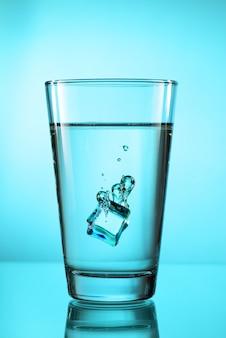 Cubito de hielo en vidrio