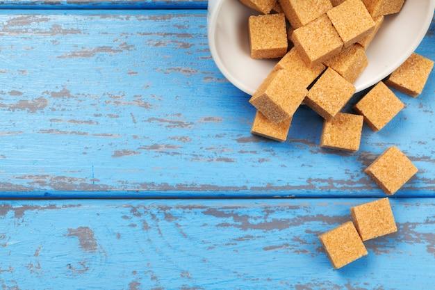 Cubitos de azúcar moreno de caña aislados