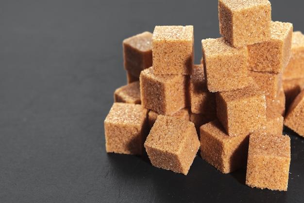 Cubitos de azúcar moreno natural en negro áspero