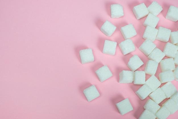 Cubitos de azucar en rosa.