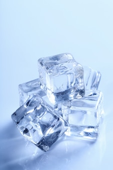 Cubitos de hielo aislados en azul