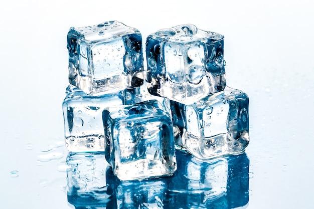 Cubitos de hielo en blanco.