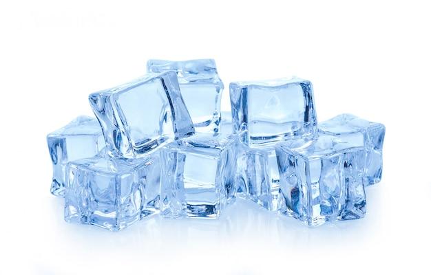 Cubitos de hielo en blanco