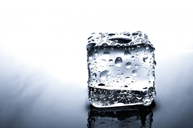 Cubitos de hielo con gota de agua