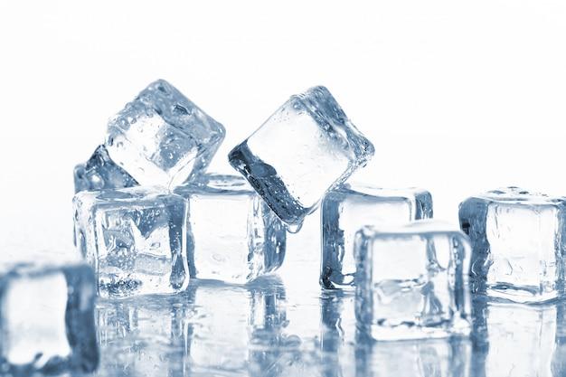 Cubitos de hielo mojados y fríos