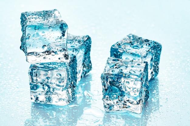 Cubitos de hielo sobre fondo azul.