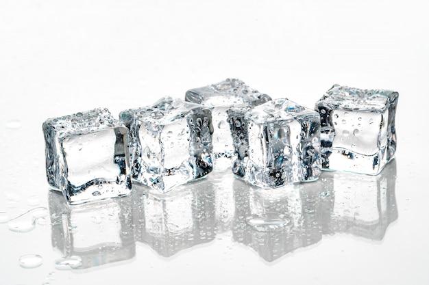 Cubitos de hielo sobre fondo blanco.