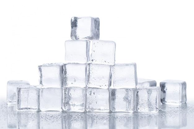 Cubitos de hielo sobre la mesa