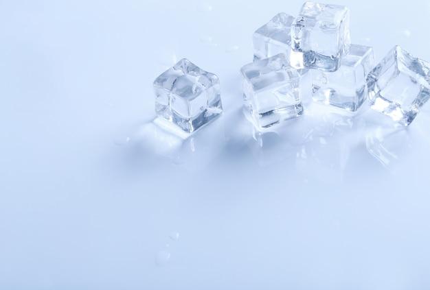 Cubitos de hielo en la superficie blanca con copyspace