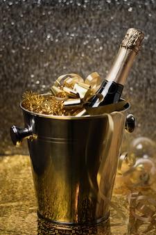 Cubo de alto ángulo con botella de champagne