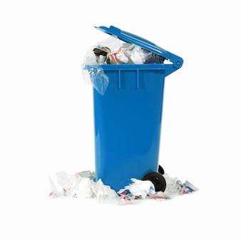 Cubo de basura azul desbordante