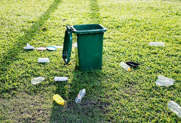 Cubo de basura y basura en el suelo