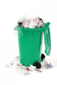 Cubo de basura desbordante