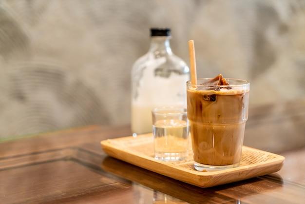 Cubo de café helado en vaso con leche