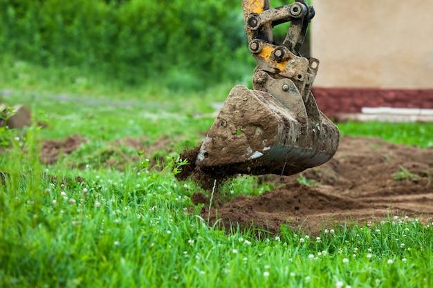 Cubo cava el suelo