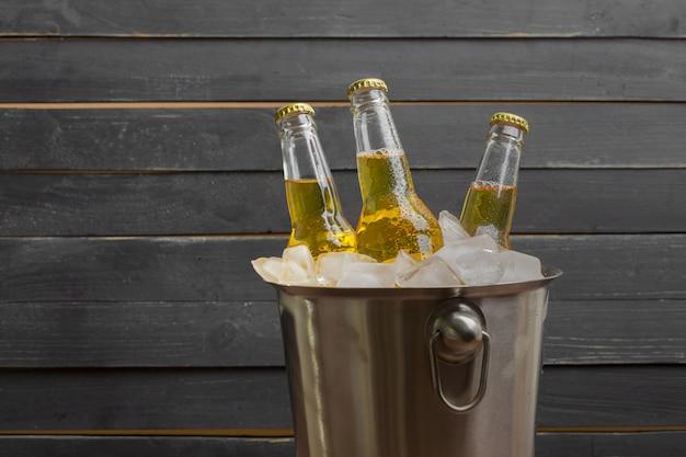 Cubo de cerveza en mesa de madera