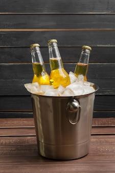 Cubo de cerveza en la mesa de madera