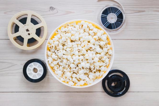 Cubo de palomitas de maíz y películas