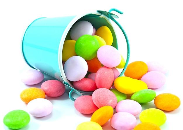 Cubo de dulces coloridos sobre fondo blanco