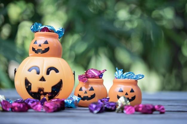 Cubo de halloween jack-o-lantern con derramar dulces